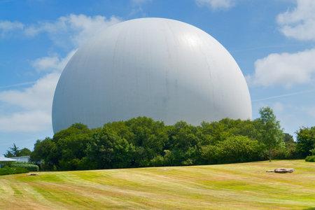 gigantesque: coupole blanche gigantesque avec antenne parabolique � l'int�rieur, vu en Bretagne, France �ditoriale