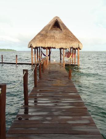 Idyllische pier op de lagune van Bacalar in Mexico Stockfoto