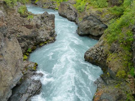 landschap: rotsachtige rivier natuur in IJsland Stockfoto