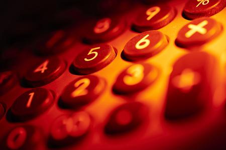 teclado numérico: llena de color rojo marco iluminado detalle teclado numérico Foto de archivo