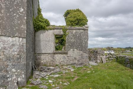 Scenery around some building remains seen in Connemara, a region in Ireland Standard-Bild - 115382106