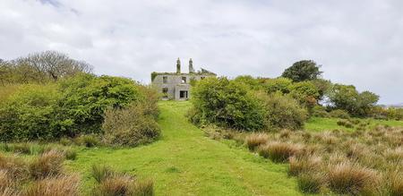Old house ruin seen in western Ireland Standard-Bild - 115382014