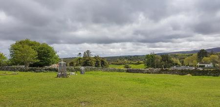 Idyllic scenery around a graveyard in western Ireland Standard-Bild - 115382021