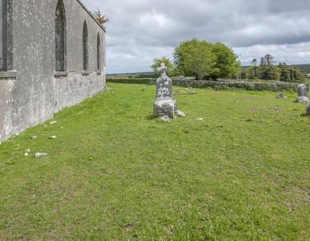 Scenery around a rundown church in Connemara, a region in Ireland Standard-Bild - 115381920