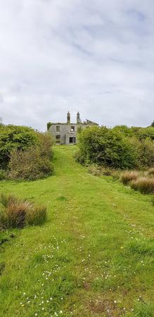 old house ruin seen in western Ireland Standard-Bild - 115381925