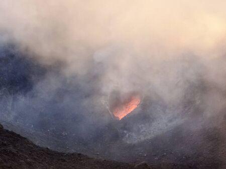 scenario del cratere fumoso al vulcano Stromboli vicino alla Sicilia alla sera Archivio Fotografico