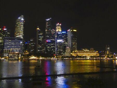 Paisaje nocturno que muestra el horizonte y la vista de la ciudad de Singapur, una ciudad-estado en el sudeste asiático