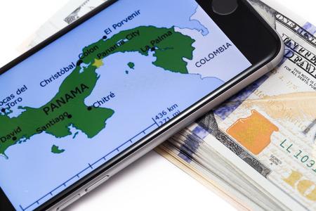 bandera panama: Negro marca 6s iPhone de Apple con el mapa de Panam� en la pantalla, con el dinero. Chelyabinsk, Rusia - 12 de abril el a�o 2016