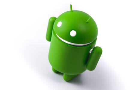 Réplica de Android de pie sobre la mesa blanca. Android es el sistema operativo para teléfonos inteligentes, tabletas, libros electrónicos, consolas de juegos y otros dispositivos. Moscú, Rusia - 14 de octubre de 2018