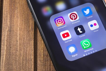 smartphone con app di social media (YouTube, Instagram, Flickr, Tumblr, Pinterest, Twitter, Signal, WhatsApp). Mosca, Russia - 26 ottobre 2018