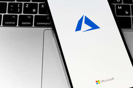Microsoft Azure logo on the screen smartphone. Microsoft Azure is a cloud platform from Microsoft. Moscow, Russia - December 3, 2020 新聞圖片