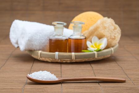 bañera de hidromasaje, cuchara de sal, esponja toalla aceite esencial y la flor para la salud spa Foto de archivo