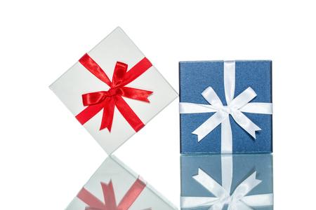 matrimonio feliz: caja de regalo de color de lujo para eventos de vacaciones con hermosa envoltura de seda sobre fondo blanco aislado
