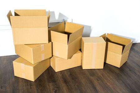 cajas de carton: Pile of cardboard boxes on white background with box shadow