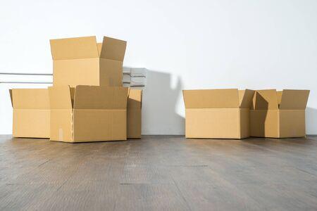 cajas de carton: Pila de cajas de cartón en el fondo blanco con caja de sombra