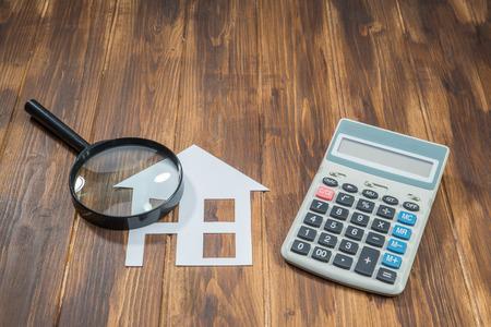 kopen hypotheek huis berekeningen, rekenmachine met Magnifier Stockfoto