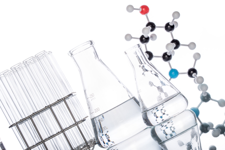 Estructura molecular y cubilete en el fondo blanco