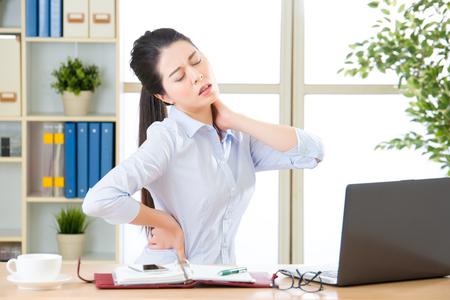 Jeune femme d'affaires asiatique avec douleur dans le cou dans le bureau Banque d'images - 59478527