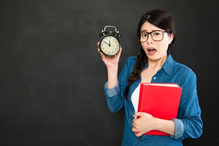 llegar tarde: asiática estudiante universitario durante el sueño se va a llegar tarde a clase