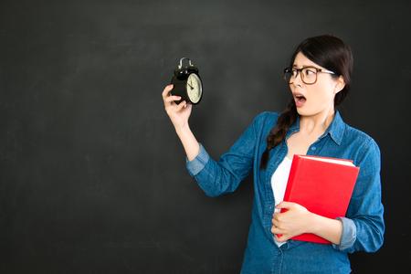 llegar tarde: asiática estudiante universitario miedo a llegar tarde a la clase de seguro Foto de archivo