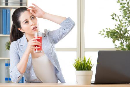 drinken watermeloen sap helpen om de lichaamstemperatuur te verlagen, voor betere prestaties Stockfoto