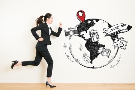 아름 다운 혼합 된 경주 아시아 여행 개념을 가진 중국 사무실에서 휴가를 도망하도록 공상하는 사업 여자 공상