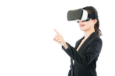 asiático pantalla táctil del punto urgente mujer de negocios por la realidad virtual. VR dispositivo vasos auriculares. fondo blanco aislado Foto de archivo