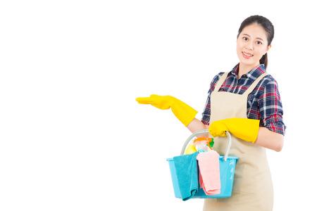白い背景で隔離のジェスチャーを提示装置を洗浄清掃サービスの肖像画。美しい新鮮なエネルギッシュな多民族国家中国アジア女性モデル。