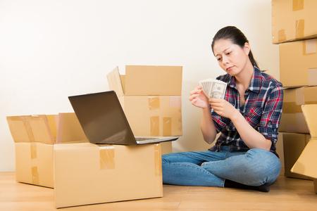 カウント家賃を心配している女性を増やす法案を支払うお金が足りない。混血アジア中国モデル。