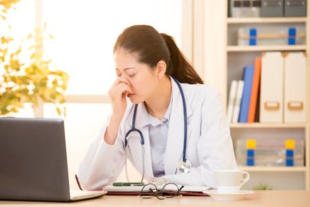 インフルエンザ風邪や発熱くしゃみ病院クリニックで苦しんでいると他のウイルス病気の女性医師。混血アジア中国モデル。メディカル ・ ヘルスケ 写真素材