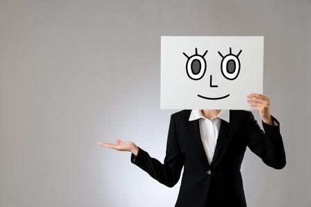 zakenvrouw bedrijf bord met glimlach tekening en presenteren van gebaar. geïsoleerd op grijze achtergrond. zakelijke kantoor bedrijf concept.