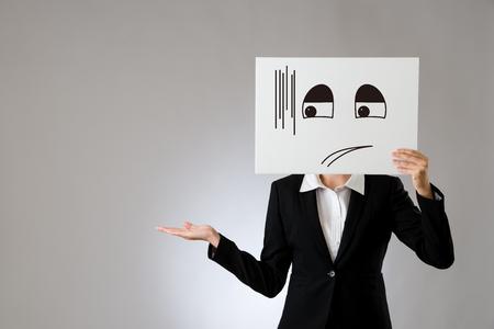 ビジネス オフィスの女性が恥ずかしいとポスターを持って説明、手のジェスチャを推進します。灰色の背景上に分離。ビジネス オフィス企業コンセ
