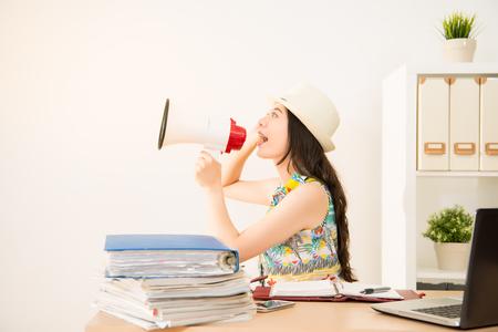 休日のニュースとお知らせのオフィスから出てくるし興奮してスピーカーを保持している実業家。混血アジア中国モデル。