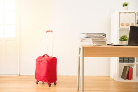 幸せなビジネスの人々 は、長い休暇のために梱包を準備します。混血アジア中国のモデル概念を旅行します。 写真素材