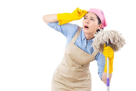 きれいな家でクリーニング女性を疲れと疲れを感じる疲れや疲れきって。白い背景上に分離。家事や家庭医療の概念。
