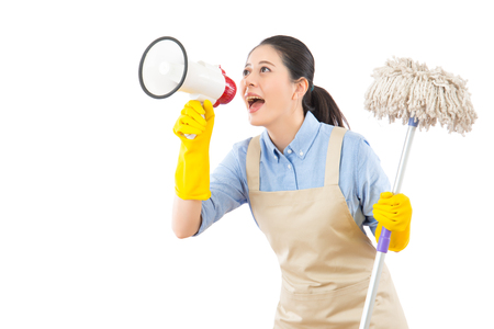 여자 걸 레 바닥 청소 및 봄 청소하는 동안 모두 호출하는 시끄러운 스피커 채 청소. 다문화 중국어 아시아 주부 화이트 절연입니다.