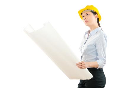 女性監督開設デザイン イメージは、実際の建物に白い壁で正しいことを確認を調べます、建設チェック サイト進捗率という概念に取り組む建築家、 写真素材