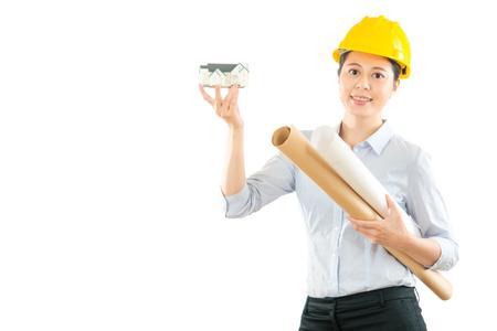 혼합 된 레이스 아시아 중국 건축가 보여주는 3d 집 모델 및 지주 디자인 종이 흰 벽 배경 가진 빈 영역을 통해 광고 copyspace에 서 서 웃 고.