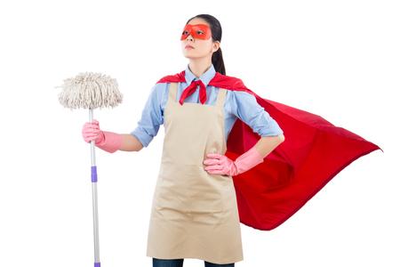 succesvolle vertrouwen gemengd ras lente schoonmaak superheld huisvrouw schoonmaak verdieping met mop. geïsoleerd op witte achtergrond. huishoudelijk en huishoudelijk concept. Stockfoto