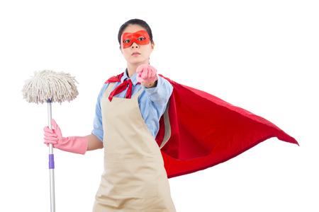 Succès de la confiance femme au foyer de super-héros tenant une vadrouille pointant à la caméra demander un défi isolé sur fond blanc travaux ménagers et concept de ménage. Banque d'images - 80308995