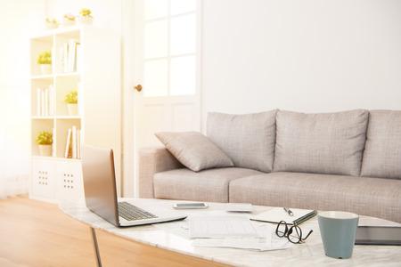 lege geen mensenachtergrond in de woonkamer thuis met betalingsrekeningen op de lijst voor exemplaarruimte. interieur en huishoudelijk werk concept.