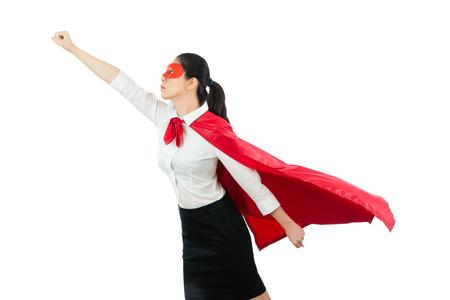 슈퍼 히어로 비즈니스 여자 빨간색 영웅으로 비행 고글 케이프 의류 제스처 주먹 준비가 흰색 copyspace 위에 걸릴 빈 영역 개념을 통해 벽 배경입니다.