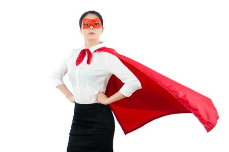 깨끗 한 흰 벽 배경 위에 슈퍼 여성 회사원 심각 하 게 슈퍼 마스크로 빨간 마스크와 외 투를 입고 허리에 서있는 빈 영역 copyspace에 손을. 스톡 콘텐츠 - 80715219