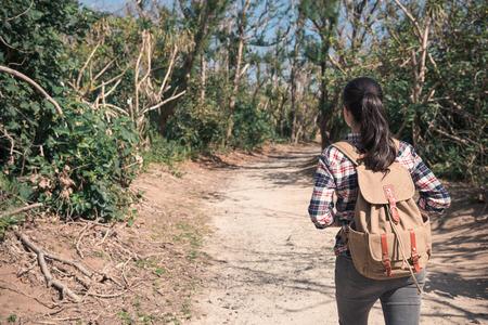 美しい女性ハイカーのハイキングの林道と背面 Aguamansa、テネリフェ島、スペインでのよそ見。学生訪問の自然景観の概念。 写真素材