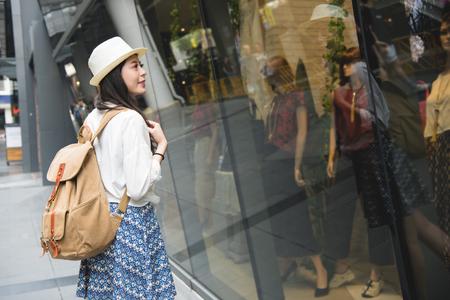 原宿通り、Tokyo.Young 女性やアジアのファッショントレンドの有名な竹下通りでのショッピングの女性観光客窓のショッピング街で歩く女性観光客。
