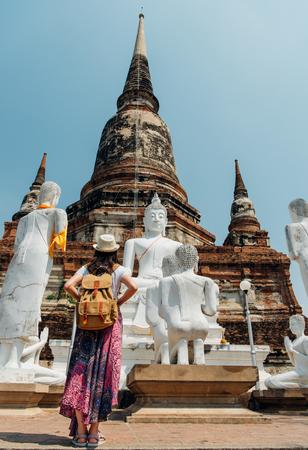 バンコクで旅行の休暇中に有名なアユタヤ観光地でタイのワット ・ ヤイ チャイ Mongkhon のスタチュー ビューを見て後ろから若い女の子の観光。アジ