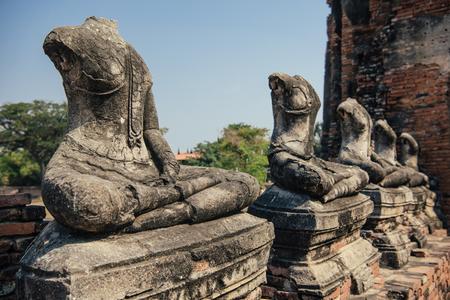 古い仏像ワット河岸神殿、タイ、アユタヤ歴史公園。ユネスコ世界遺産。それは、ビルマ軍によって破壊されました。スコータイの後 2 番目のシャ