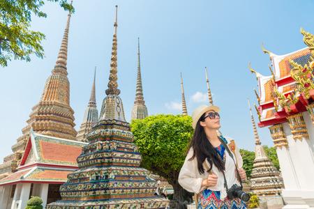バンコク市アジア中国女性 wat pho 神社寺タイで夏の旅行中に歩いて幸せなライフ スタイルの生活のビューを楽しんでします。彼女の 20 代の女性のア