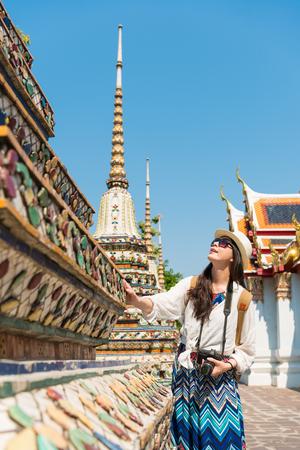 ゆったりとした魅力的な女性を訪れる観光客バンコク ワット ポー寺仏の夏の休暇でタイ旅行バケーションで建物を表示します。 写真素材