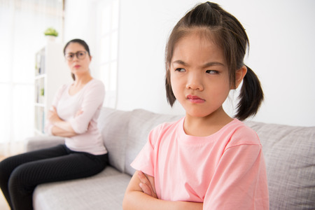 かわいい女の子嫌い家庭教師は、クラスし、宿題、怒っているとリビング ルームのソファに座っている先生に不満を書き込みにしたくはないです。